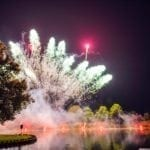 Feuerwerk in der Therme über dem See